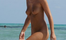 21256-Gorgeous-nude-chick-captured-by-hidden-cam.jpg