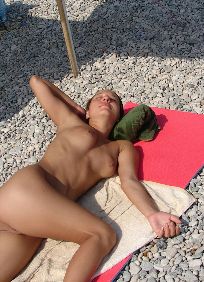 Sexy babe napping fully nude in the beach sunshine