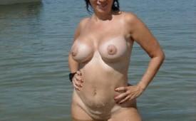 21331-Super-confident-mature-mama-striking-a-pose-in-the-buff.jpg