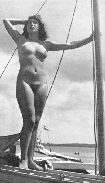 Nude babe in a vintage photo admiring sky
