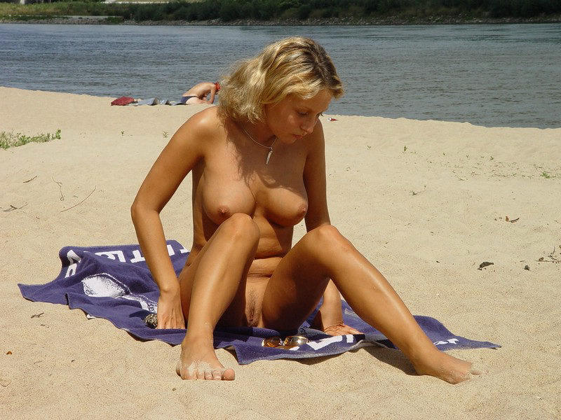 Beautiful blonde lady preparing to tan her astonishing body