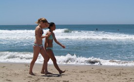 126-Hot-chicks-walking-on-the-beach.jpg