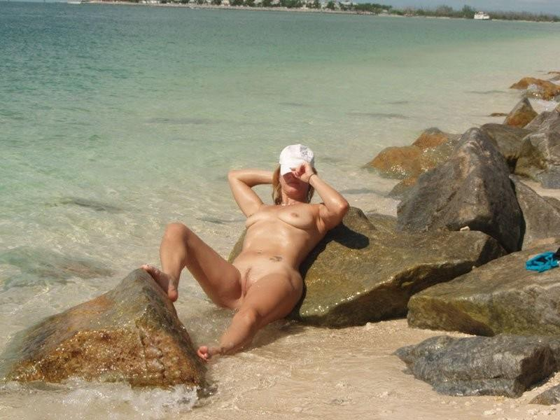 Nude babe cooling her nice body in the sea