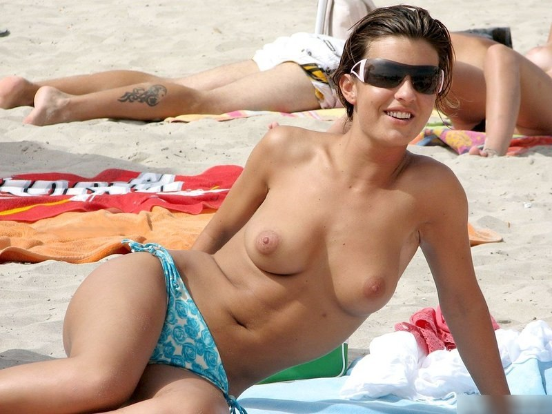 Topless babe with sunglasses expose her awesome tits