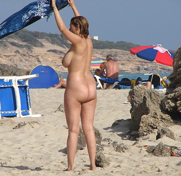Voluptuous hot babe with nice forms preparing for tan