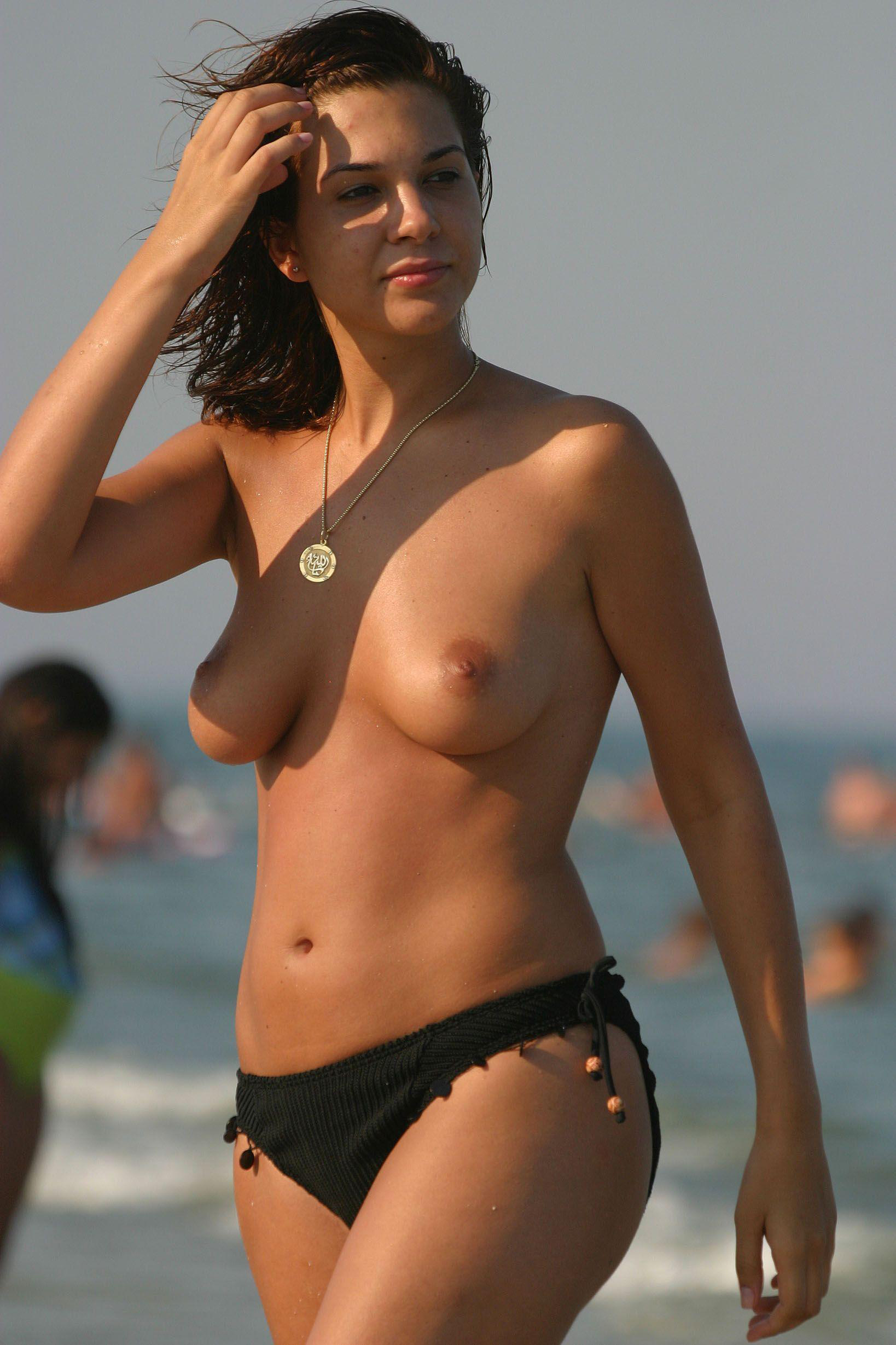 She expose her per tits for camera