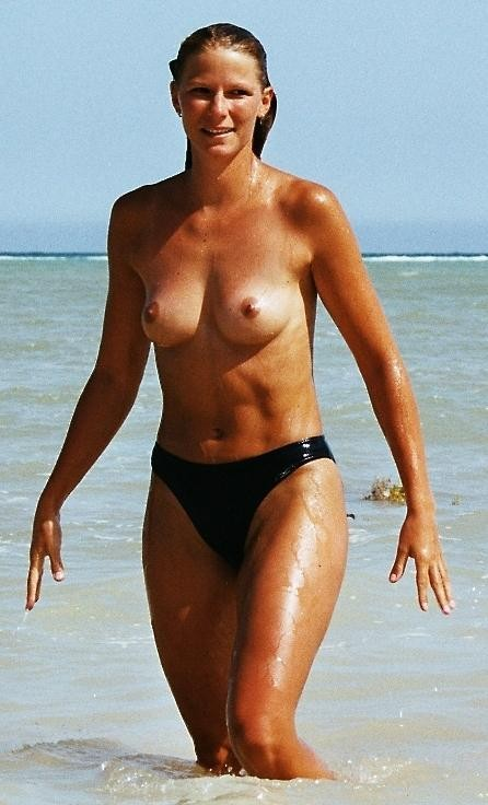 Topless hottie caught by voyeur camera while exits from sea